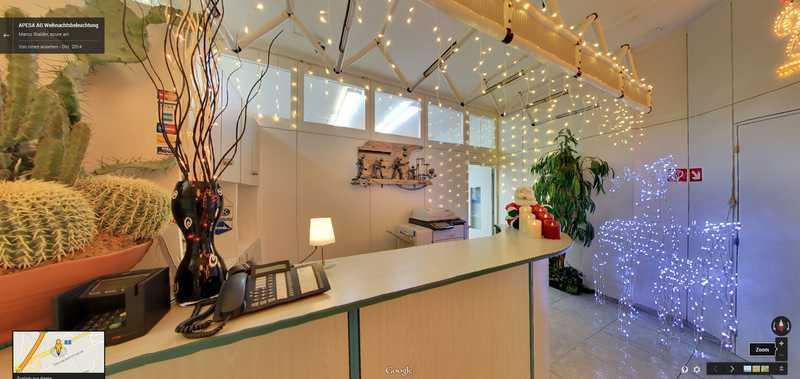 apesa.ch Ausstellungsräume mit Weihnachtsbeleuchtung. Die Öffnungszeiten der Ausstellung